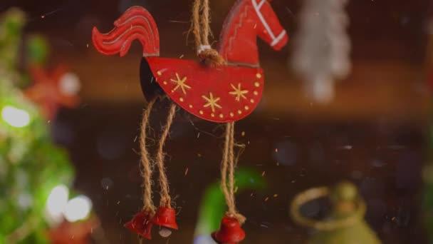 Festliches Video von Weihnachtsdekoration aus rotem Blech für den Advent
