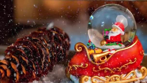 Filmaufnahmen von Weihnachten mit Weihnachtsmann-Schneekugel-Dekoration für die Adventszeit