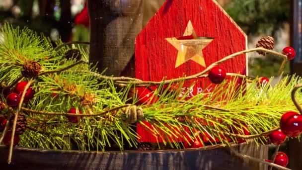 Video von Frohe Weihnachten rote Holzhaus-Dekoration für die Adventszeit mit Schneefall-Effekt