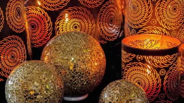 Video von goldenen Weihnachtskugeln und Laternen mit wirbelnden Ausschnitten für die Adventszeit mit Schneefall-Effekt