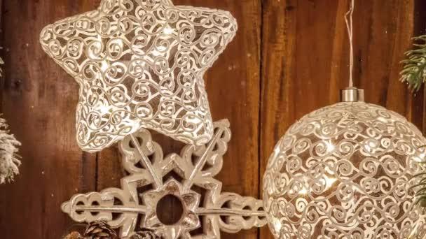 Video von weihnachtlich geschmückten Sternendekorationen für die Adventszeit mit Schneefall-Effekt