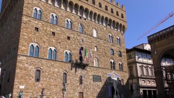 KVĚTINA, ITÁLIE - 21. dubna 2015: Neidentifikovaní lidé na Piazza della Signoria 21. dubna 2015 ve Florencii v Itálii. Je to místo setkávání Florencií, stejně jako mnoho turistů.