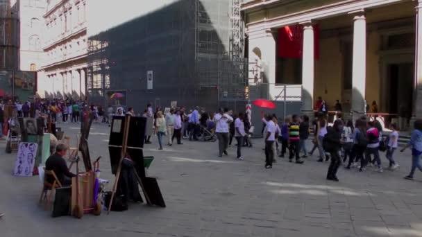 Video turistů procházejících se po nádvoří galerie Uffizi