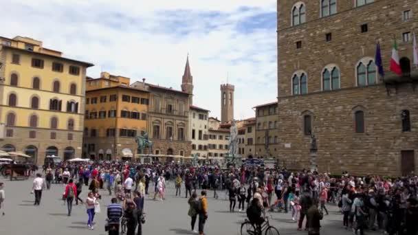 KVĚTINA, ITÁLIE - 21. dubna 2015: Neidentifikovaní lidé u vchodu do galerie Uffizi 21. dubna 2015 ve Florencii v Itálii. Galerie Uffizi je jedním z nejznámějších muzeí umění na světě