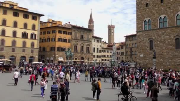 VIRÁGÜZLET, OLASZORSZÁG - ÁPRILIS 21, 2015: Azonosítatlan emberek a bejáratnál az Uffizi Galéria április 21, 2015, Firenzében, Olaszországban. Az Uffizi Galéria a világ egyik leghíresebb művészeti múzeuma.