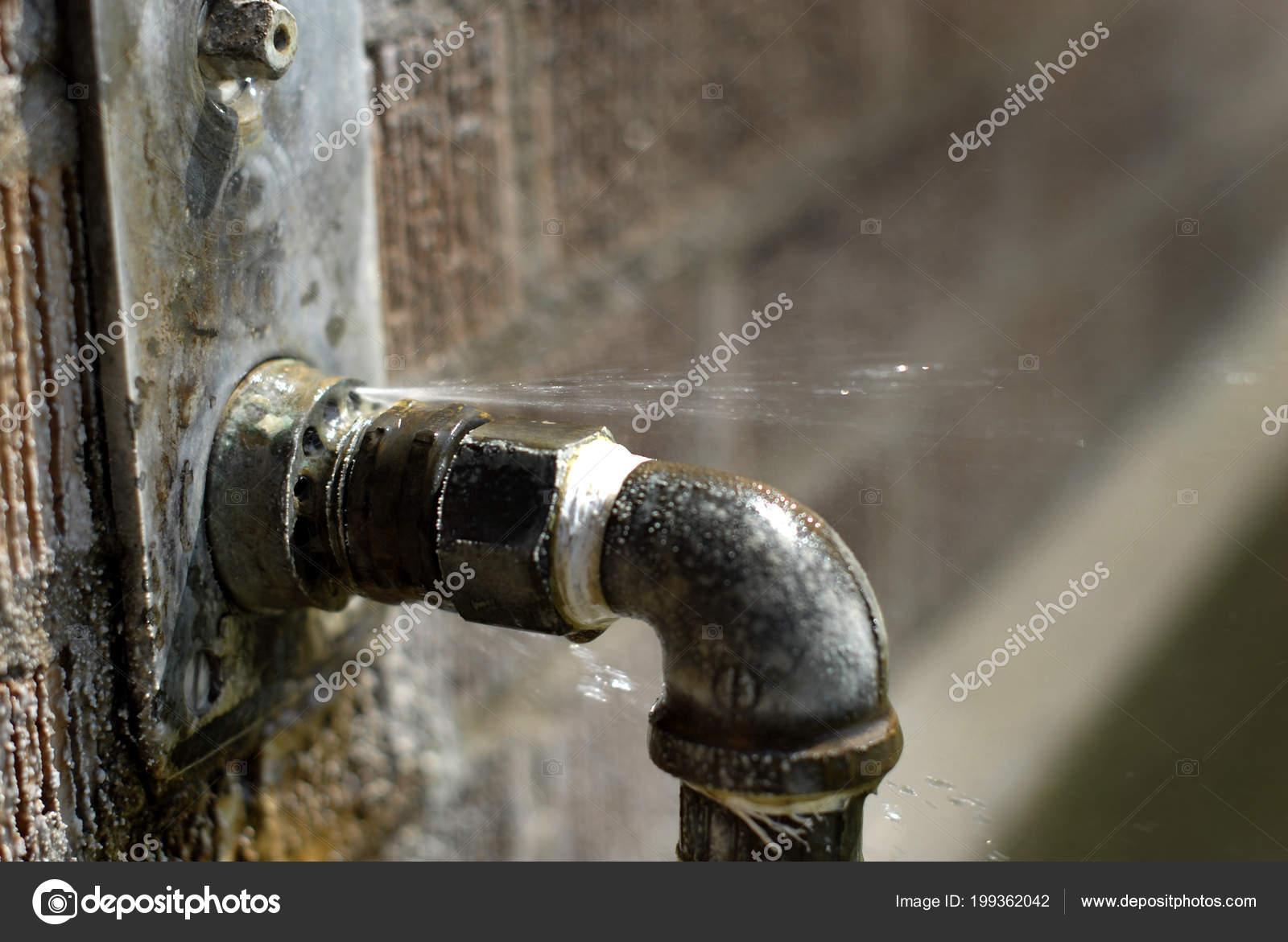 Undichte Rohre Mit Wasser Spritzen Und Spritzen Fehlerhafte Undicht