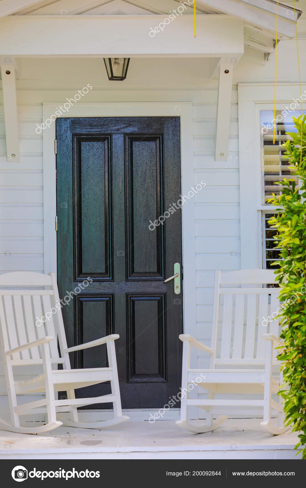 b2f4a2ef9 Puerta Casa Con Sillas Mecedoras — Fotos de Stock © felixtm #200092844