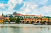 Zobrazit malou stranu a Pražský hrad z celé řeky Vltavy