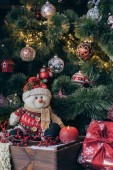 Vánoční strom dekorace a dárky doma