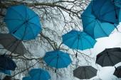Regenwetter und Regenschirme am Himmel