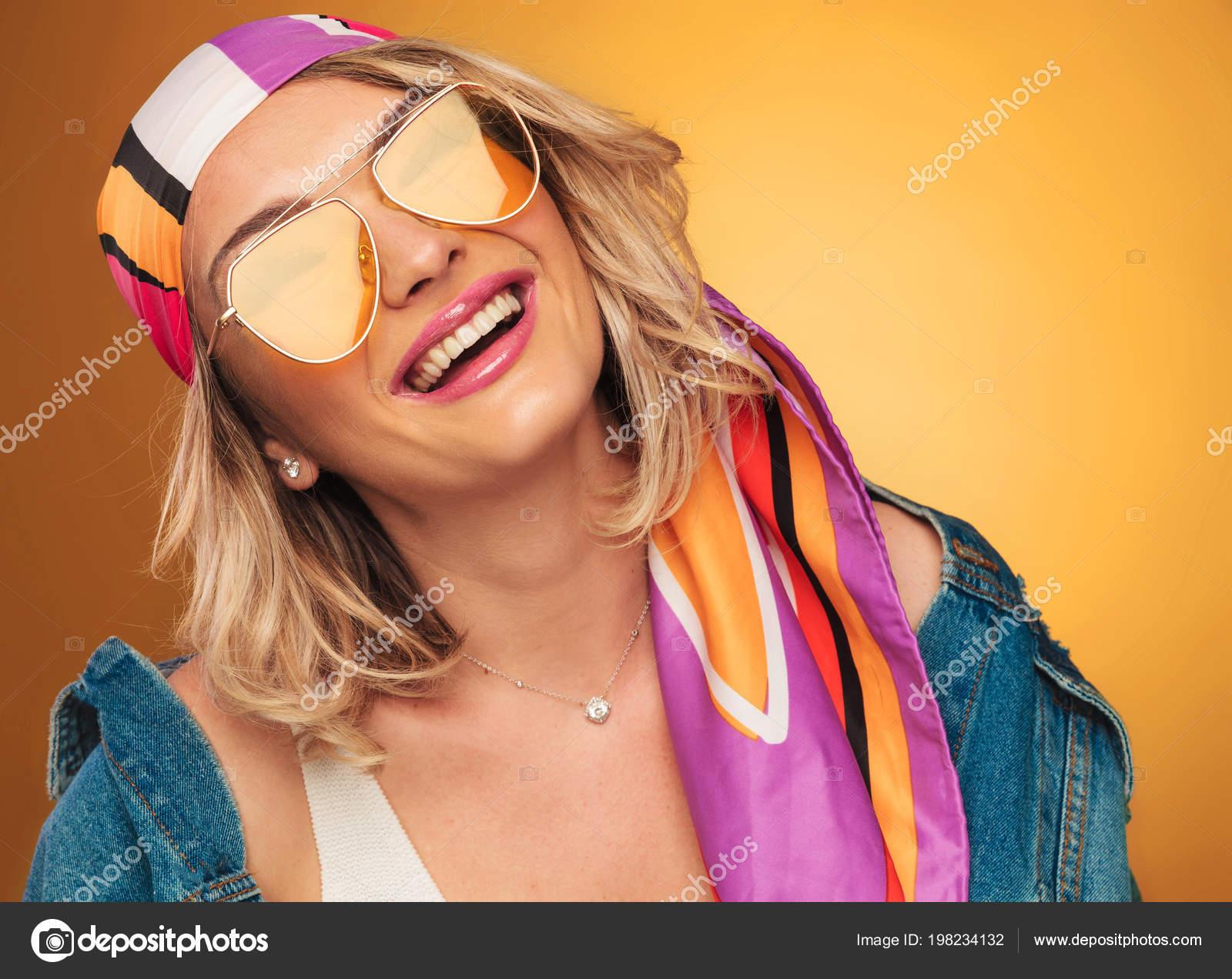 Blonde Joyeuse Avec Soleil Écharpe Femme Jaunes Colorée Des Lunettes nw0ONPkX8