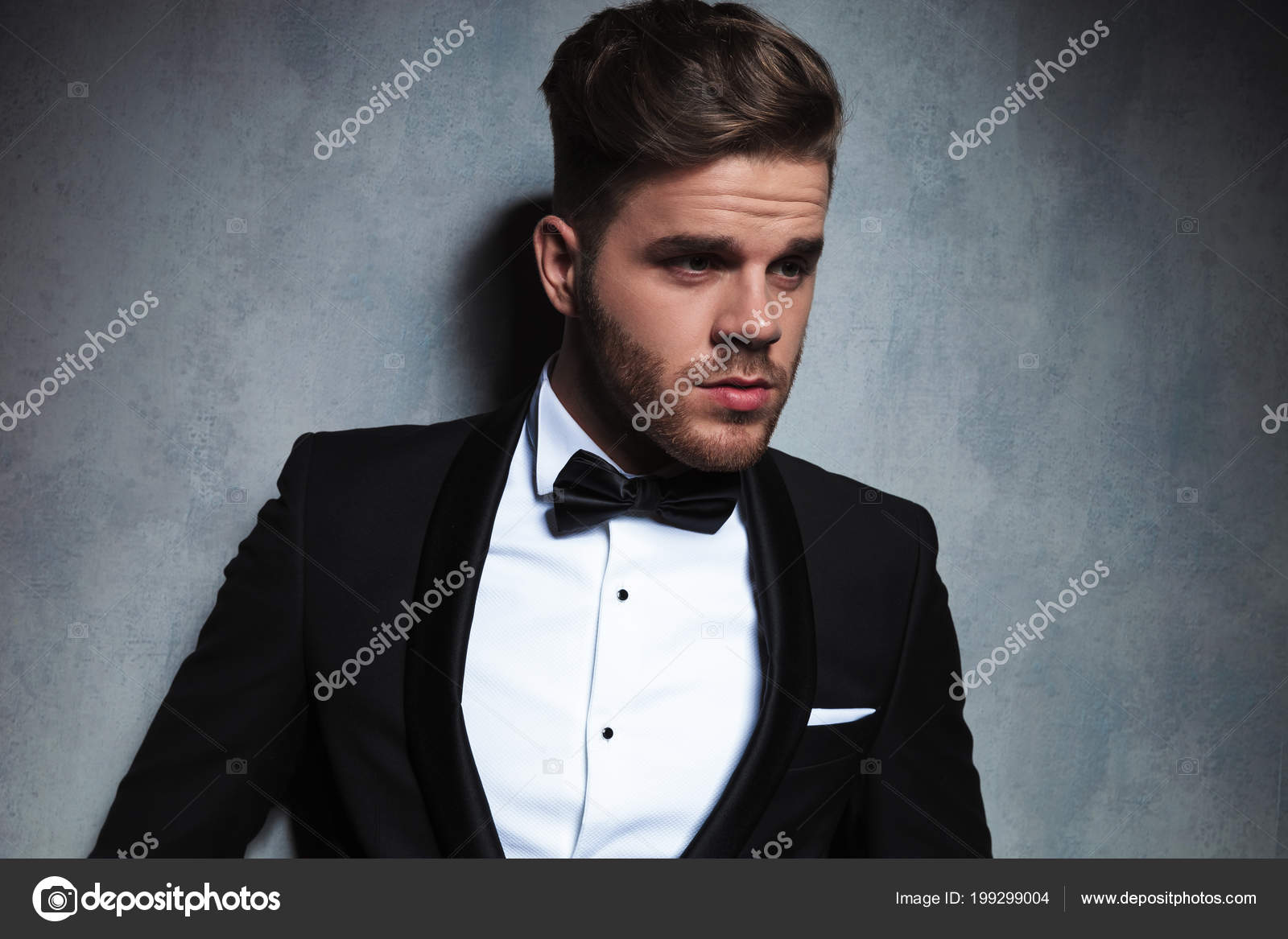 8edc2565c Retrato Hombre Guapo Vestido Con Esmoquin Negro Mirando Lado Mientras —  Fotos de Stock