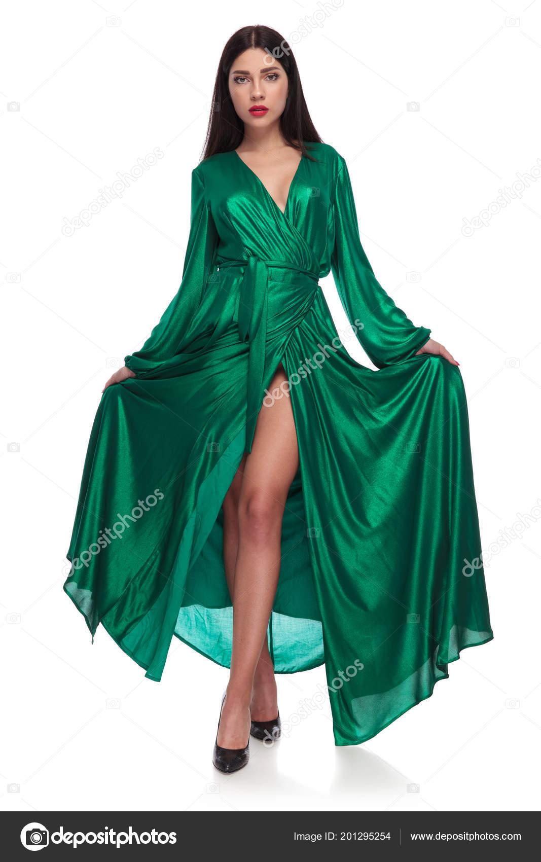 cheap for discount a1d0e 9cc66 Donna Elegante Che Tiene Suo Vestito Verde Lungo Mentre ...