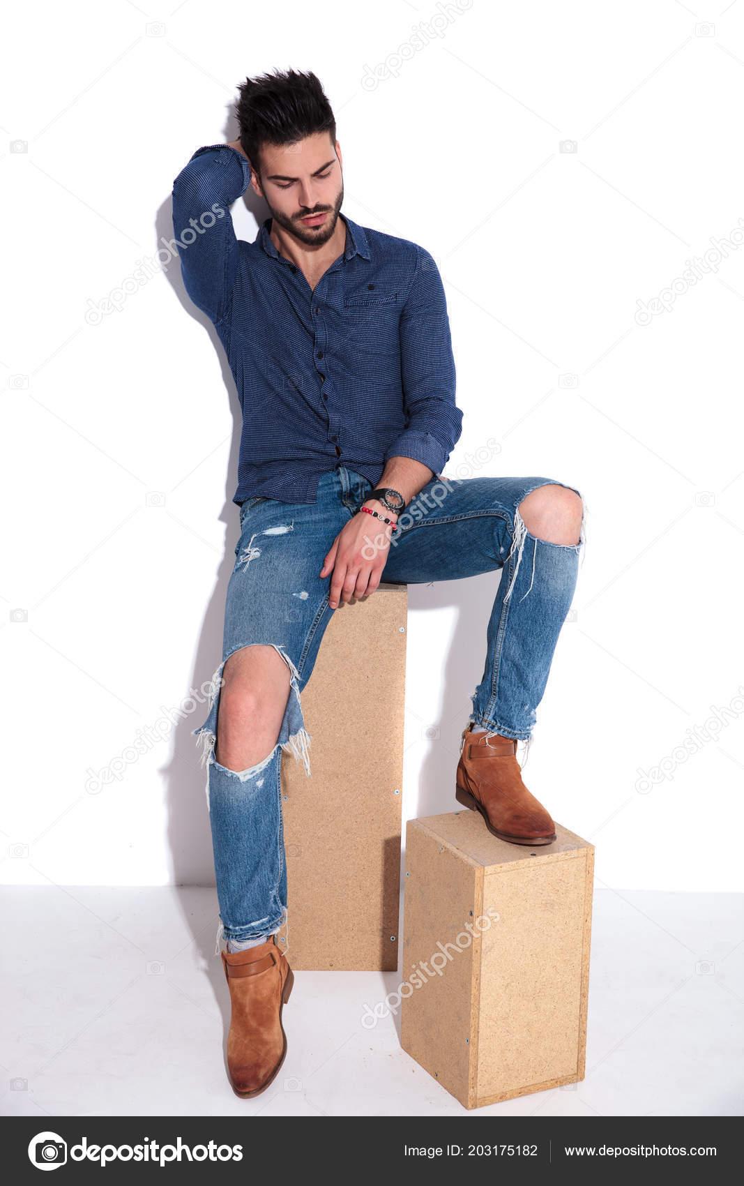 Příležitostné Muž Námořnické Tričko Roztrhané Džíny Spočívá ... 905540e11f