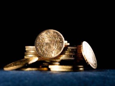 Koyu arka plan üzerinde gerçek altın paralar