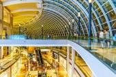 SINGAPORE CITY, SINGAPORE - Április 19, 2018: Belül a Marina Bay Sands bevásárlóközpont a Shoppes