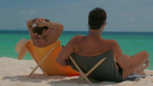 Zralý pár na tropické pláži