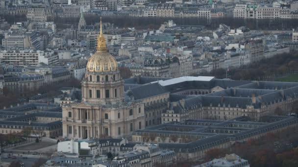 Pohled na Paříž střechy za soumraku
