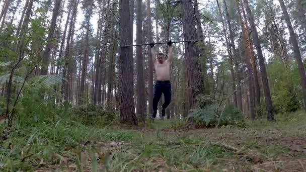 Mann trainiert im Stil der Waldkalisthenics