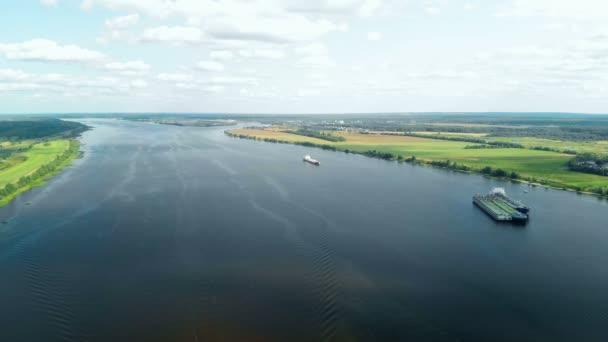 Letecký pohled na řece Volze nedaleko města Jaroslavl v Rusku