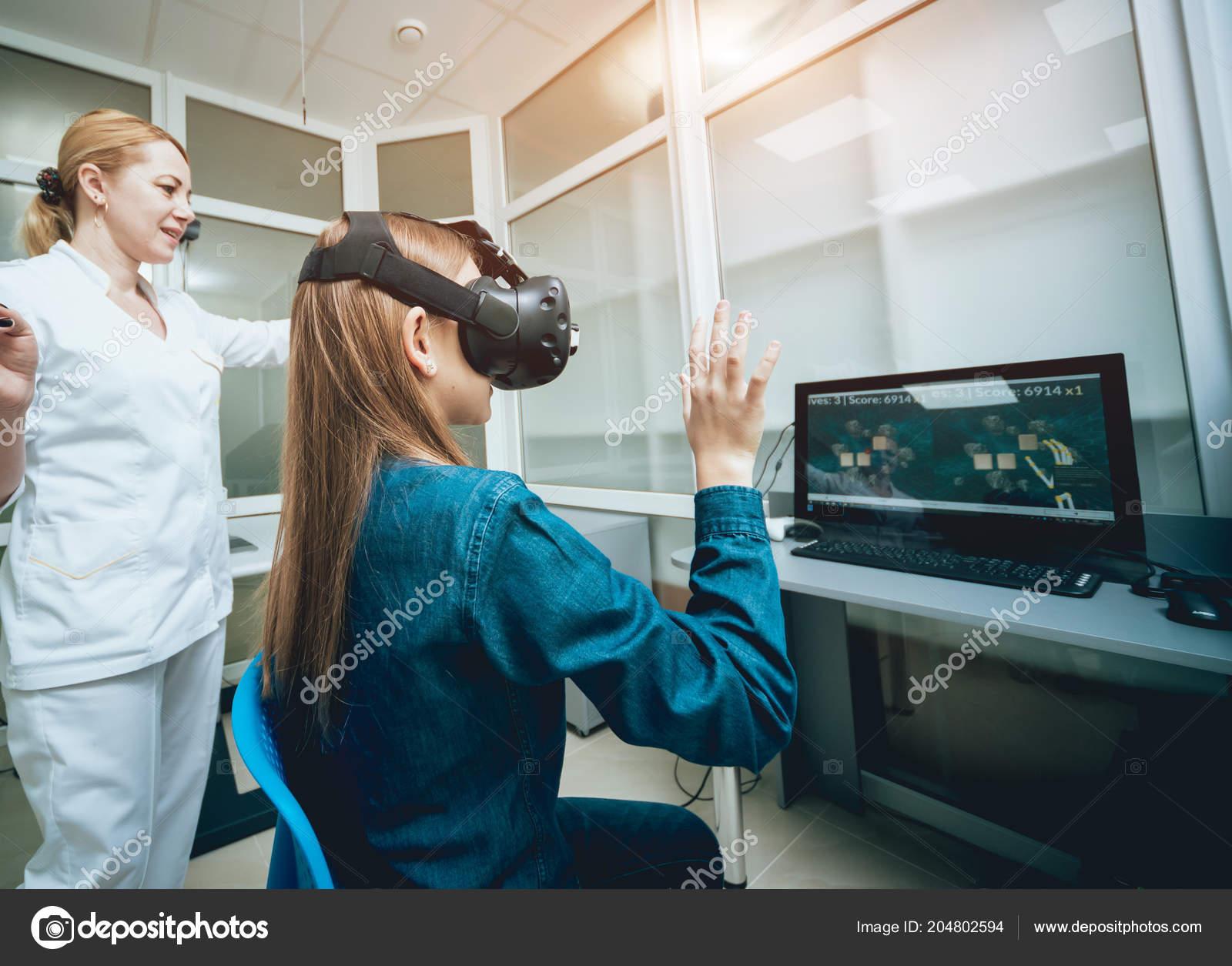 4c0c949d8 Médica oftalmologista, verificando a visão de menina com a ajuda da  realidade virtual óculos — Foto de ...