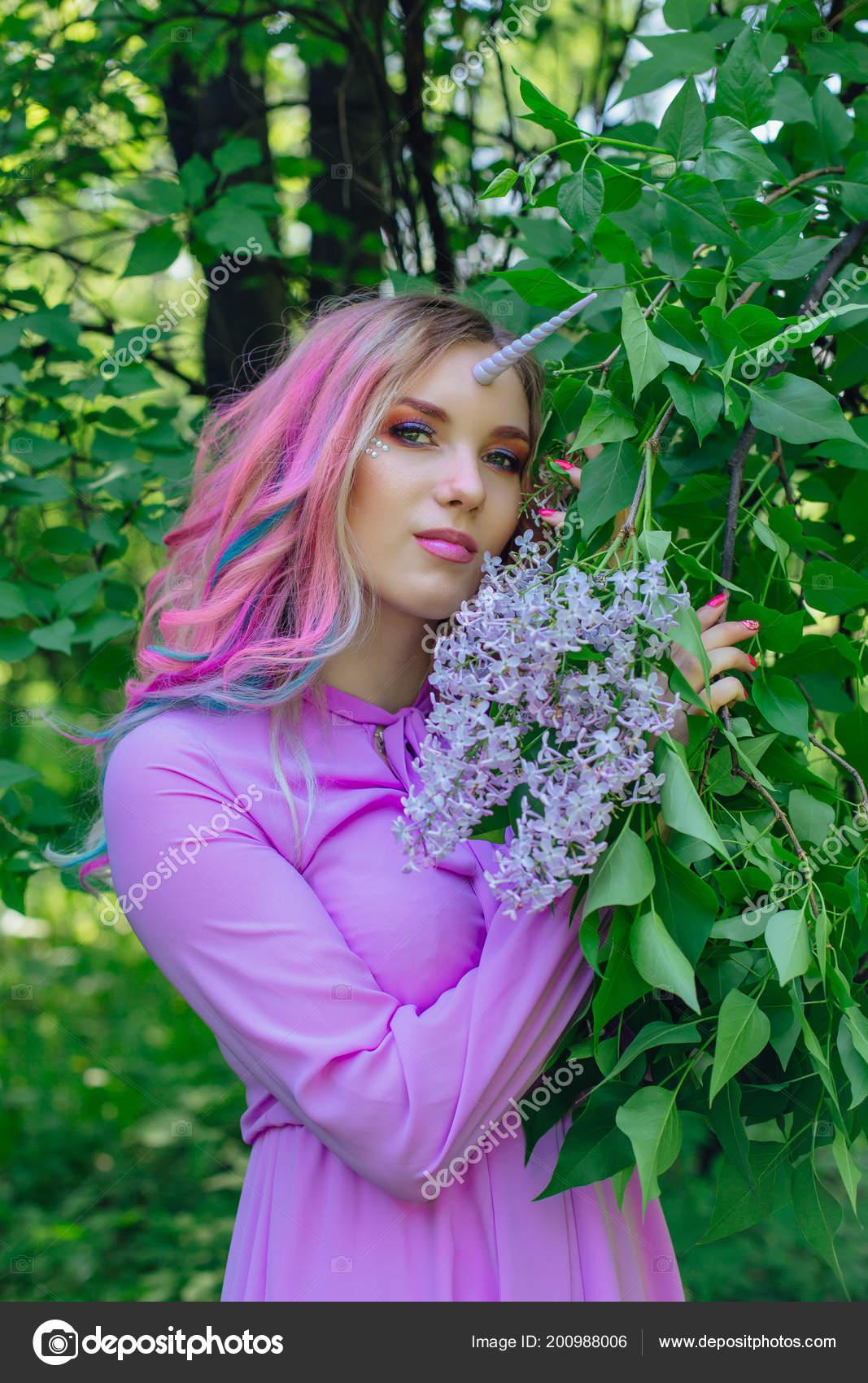 Unicornio Niña Hadas Con Maquillaje Brillante Con Flores Lilas Arco ...