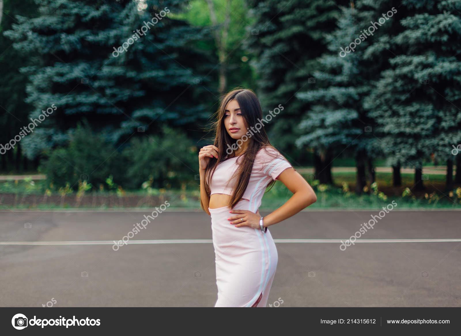 Фото девушки брюнетки в розовом платье, женские жопы кого есть лучше