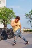 Fiatal férfi tánc breakdance, az utcán.