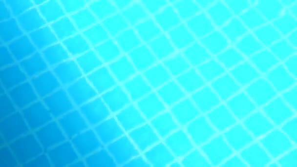 Venkovní plavecký bazén s čistou vodou pohybující se po větru