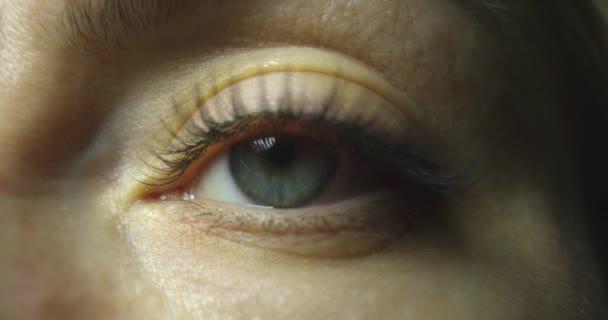 Nahaufnahme schöne Augen öffnende Frau Iris Makro natürliche Schönheit. Zeitlupe.