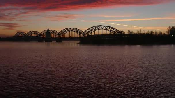 Riga železo železniční most přes řeku Daugava při východu slunce