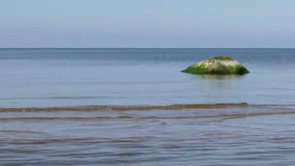 ruhige Meereslandschaft mit Steinen
