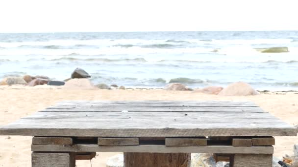 Improvizované dřevěné piknikový stůl na Sandy Beach