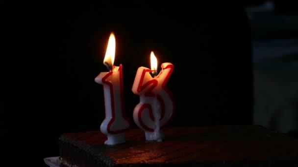 Tizenharmadik születésnapi torta gyertyákkal