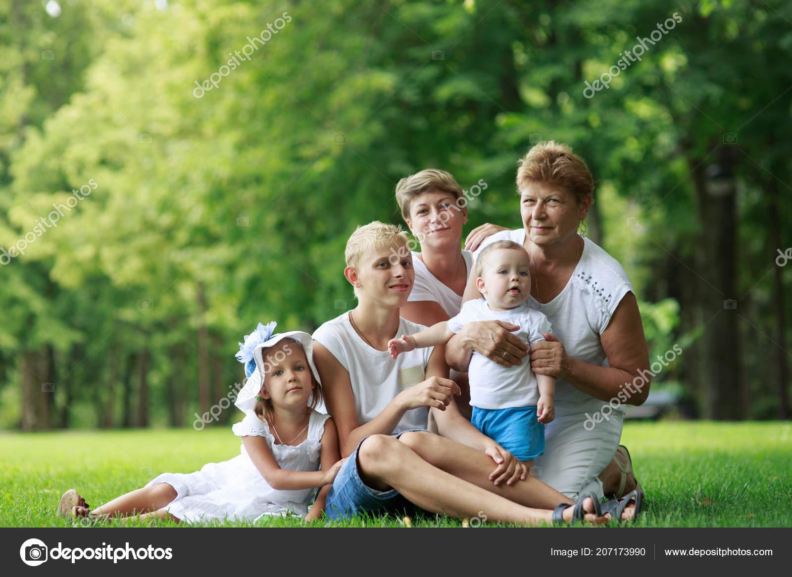 e1de543531c Οικογένεια Στο Πάρκο Καλοκαίρι Γιαγιά Παιδιά Που Κάθεται Στο Γρασίδι —  Φωτογραφία Αρχείου