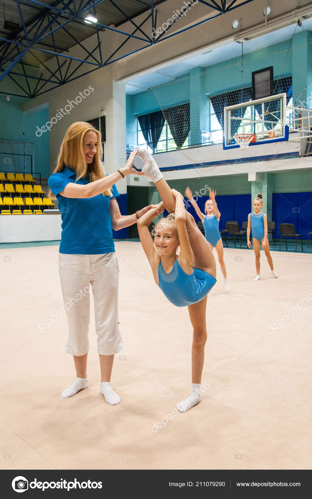 Gymnastics Coach Teaching Little Girls Sporto Gym — Stock