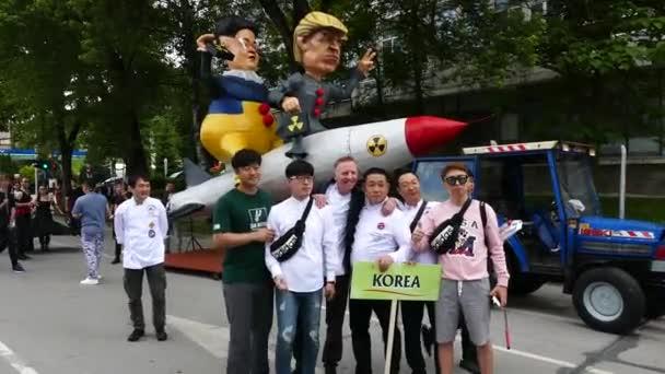 19. května 2018 Gabrovo, Bulharsko. Tradiční karneval humoru a satiry. Delegace z Jižní Koreje vyfotí humorné mock-up Kim Chen OSN a Donald Trump