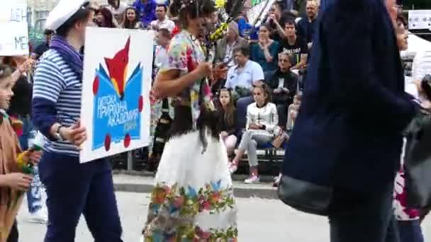 Gabrovo, Bulgária május 19-én 2018.Traditional karnevál a Humor és a Satire.Street art. Karneváli felvonulás. A maszkok és jelmezek gyerekeknek