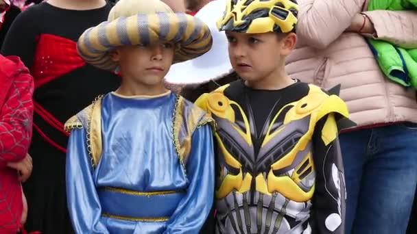 Gabrovo, Bulharsko květen 19 2018.Traditional karneval humoru a satiry. Pouliční umění. Děti s karnevalové kostýmy