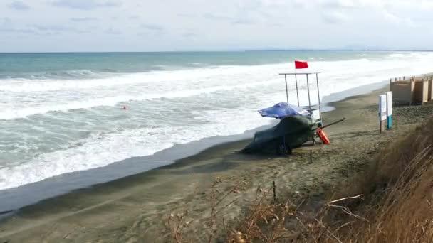 Na konci sezóny se kazí počasí. Moře je vzrušený a rudá vlajka zakazuje koupání.