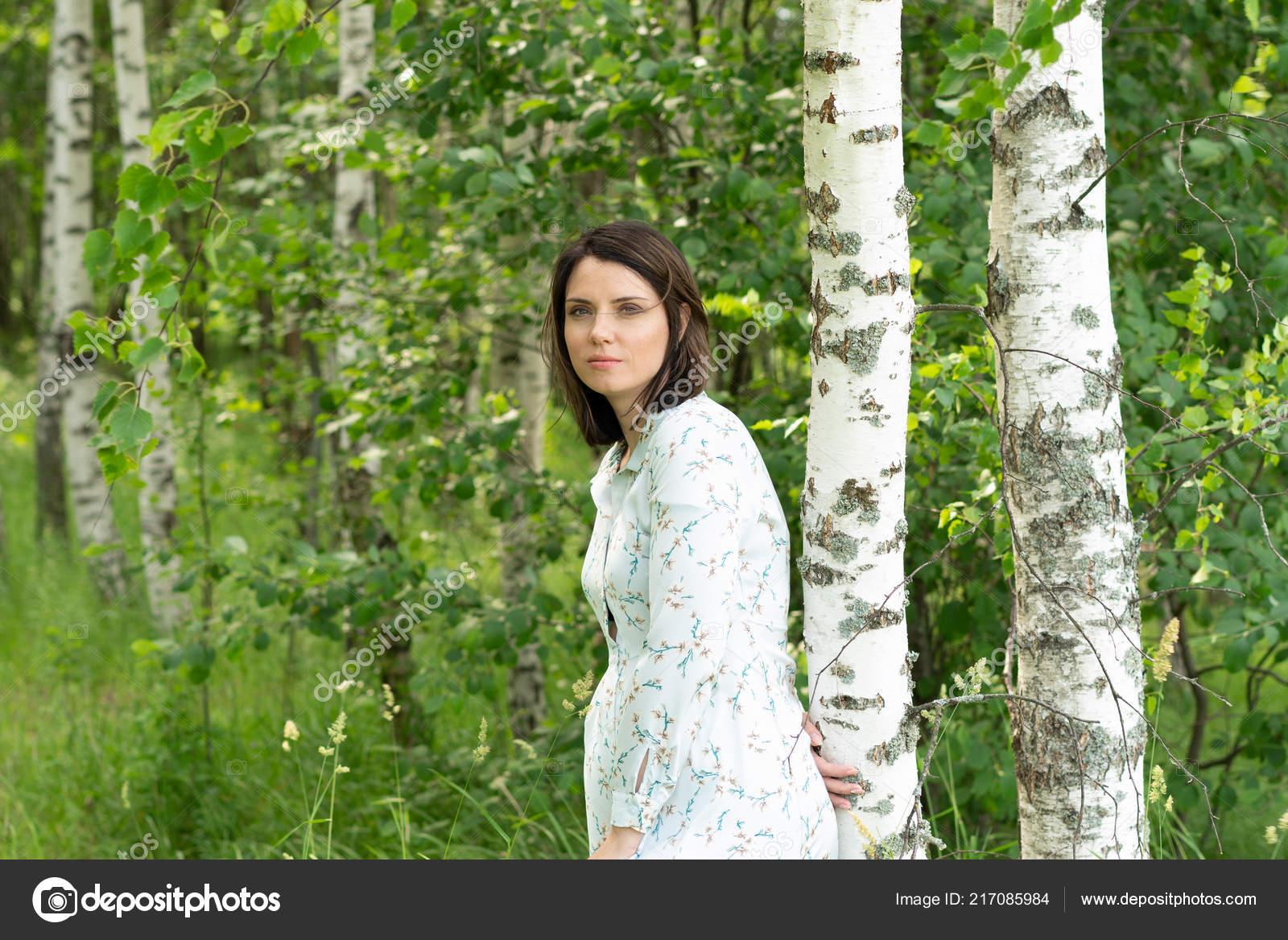 Голая девушка в белом позирует платье в лесу — pic 13