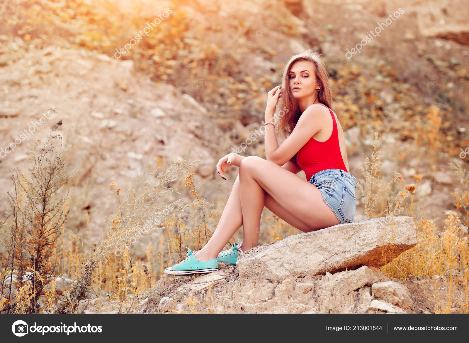 Beautiful Young Woman Sitting Rock Afternoon Hot Weather — Stock