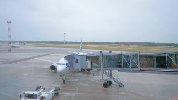 Flugzeugtechniker überprüft vor dem Flug das Lösen der Luftbrücke vom Flugzeug.