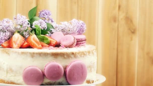 svatební dort zdobený bobule, makronky
