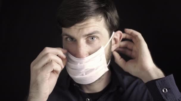 Az ember maszkot visel. Az arcmaszk viselésének szabályai. Légzésvédelem az allergiás reakciók ellen. Közelkép egy férfi arcáról. Az orr és a szem védelme a COVID-19 koronavírustól.