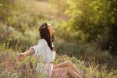 Photo Beautiful carefree woman in fields being happy outdoors