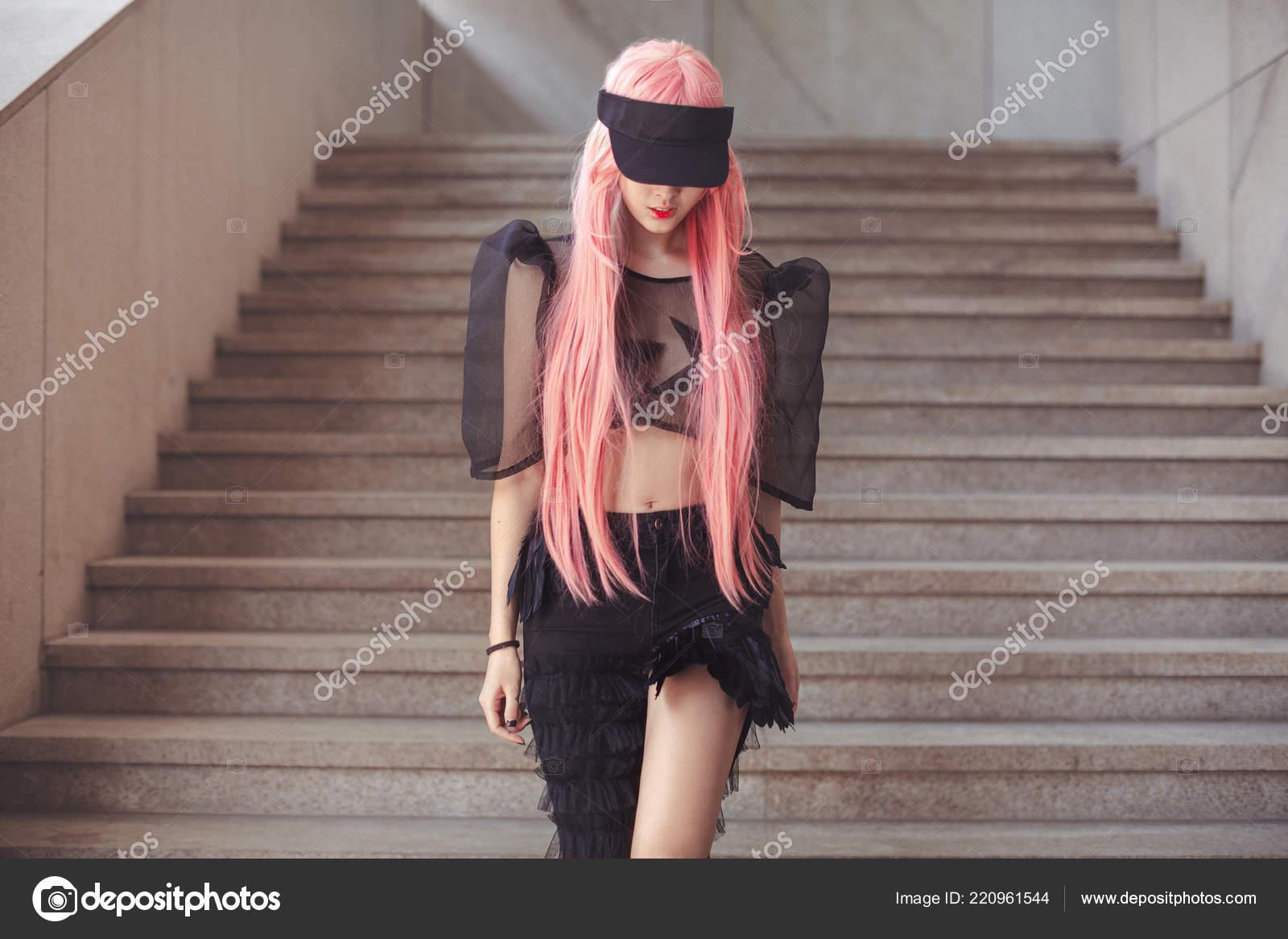703e756646 Japán anime cosplay. Színes portré fiatal vonzó ázsiai nő kreatív smink és  visel szexi ruha Rózsaszín paróka szabadban. Trendi japán lány sétált kívül  város ...