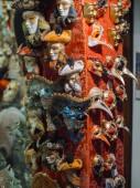 Venezianische Masken im Schaufenster in Venedig.