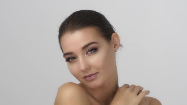 portrét krásné a sexy ženy na bílém pozadí