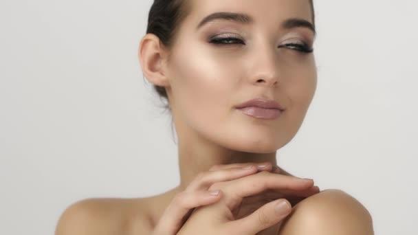 Gyönyörű és szexi asszony fehér portréja. Bőr-ellátás és a kozmetikai koncepció